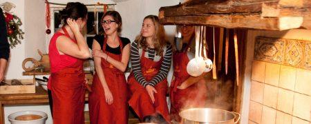Hasenöhrl-Hof: Beim Erlebniskochen ist Teamarbeit gefragt, um ein Mehrgänge-Menü zu kreieren.