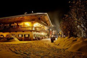 Der Hasenöhrl-Hof im bayerischen Alpenvorland ist zu jeder Jahreszeit eine Reise wert.